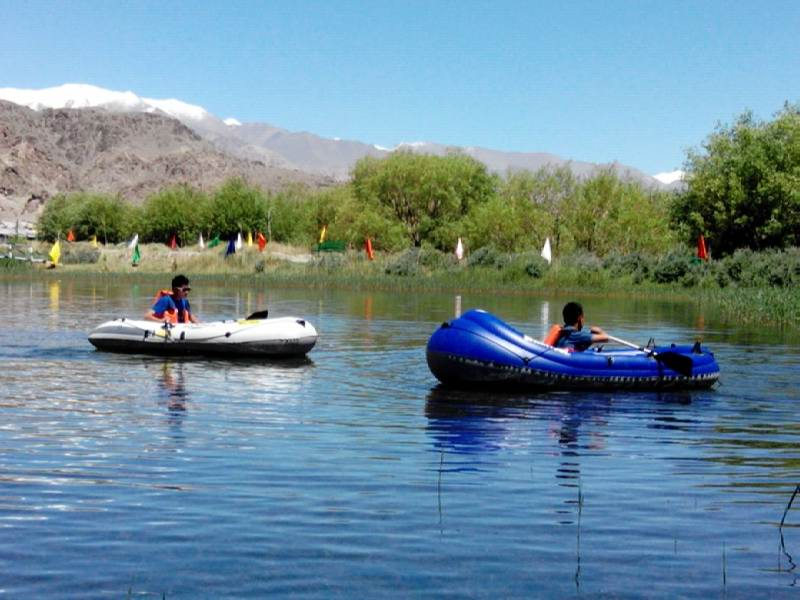 http://www.outdeck.com/images/Inflatable-Boats/02-WildRiver/Customer-pics/Ladakh/boating-in-ladakh-india-01.jpg